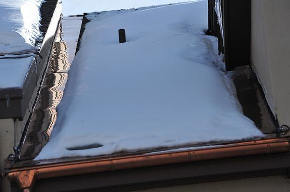 The customer needed to prevent ice build-up against in the area where a wall joins the roof. To achieve this result, HotFlashing was used. Attached using a 15 year adhesive, hence, no roof penetrations required. HotFlashing utilizes a single run of heat cable to prevent all ice build-up in this problematic region of a roof structure. Very simple, effective and energy efficient