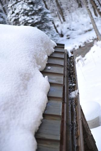 Even in areas of high snow build up, the HotEdge Rail prevents any ice dams or icicle formations on this metal roof.